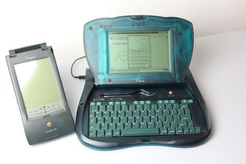 Apple eMate 300 und sein Verwandter, ein MessagePad 130 (Foto: Jörg Riewenherm)